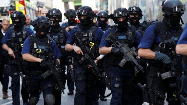 武裝警察在周日早上於刺人事件發生的博羅市場附近巡邏。