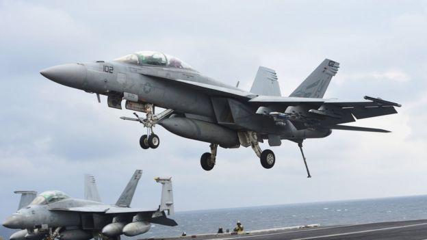 Un avión Super Hornet despega del portaviones Carl Vinson.