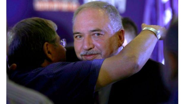 Сторонник Либермана поздравляет его с промежуточным результатом выборов, 17 сентября, Иерусалим