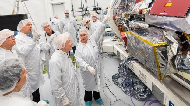 Eugene Parker durante una visita al Laboratorio de Física Aplicada de la Universidad John Hopkins para ver la sonda que lleva su nombre