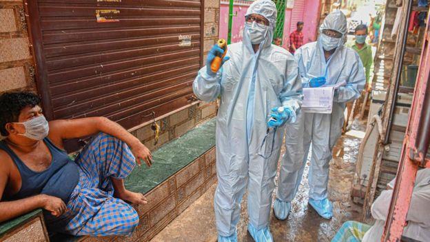 Специалисты проводят проверку домов в Дели