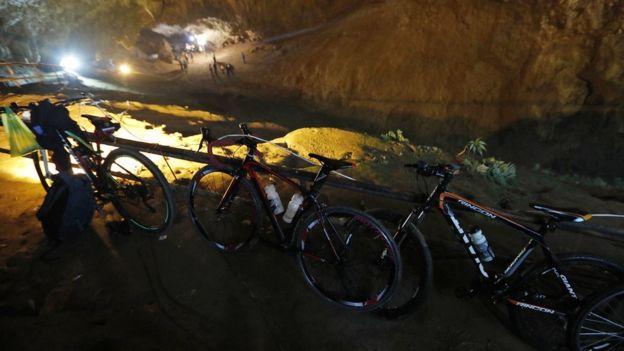 Los primeros rescatistas encontraron algunas bicicletas cerca de la entrada de la cueva.