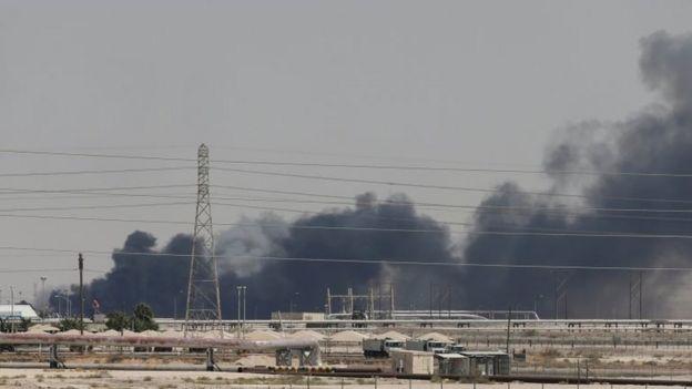 Asap mengepul dari fasilitas minyak di Abqaiq