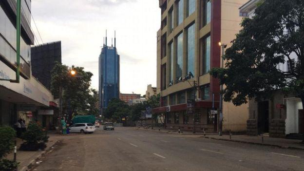 Barabara nyingi za mji wa Nairobi zilisalia kuwa mahame dakika 30 kabla ya amri ya kutotoka nje kuanza kutekelezwa