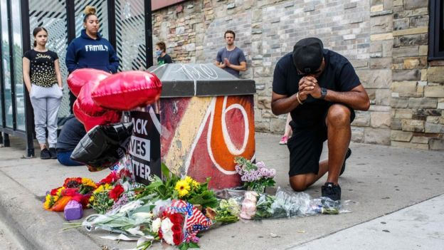 Manifestantes en el memorial de George Floyd, en Minneapolis, Minnesota, EE.UU.