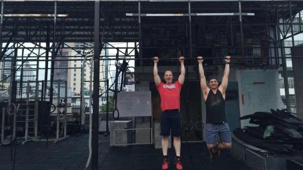 بروس إيكفيلت (إلى اليمين)، و مات شوارتز في موقع خارجي في بانكوك في تايلاند.