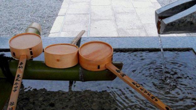Local onde fiéis limpam-se em santuário no Japão