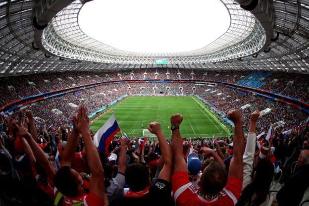 Aficionados rusos en el estadio Luzhniki de Moscú celebran el primer gol de su selección en el Mundial