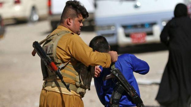 Kürt bir çocuk silah alıyor