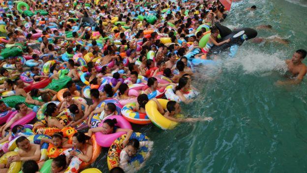 Người dân Trung Quốc đổ xô đến một công viên nước ở một tỉnh phía Tây Nam để giải nhiệt