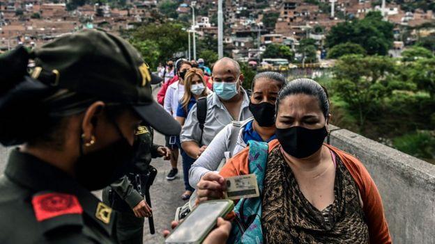 Una cola de personas en Medellín, Colombia.