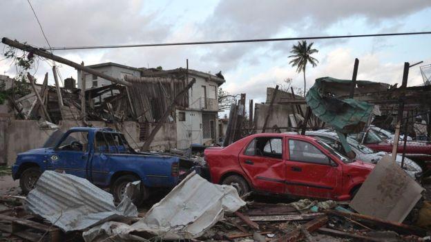 Coches destrozados tras el tornado en La Habana.