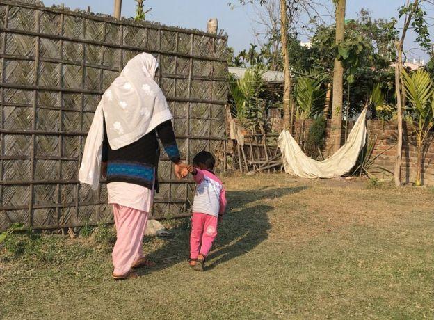 Salma Parbin con su hijo, Jonait.