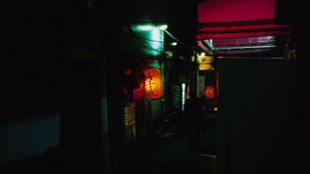 Una pequeña calle en Kabukicho, en Tokio. Foto de 2000