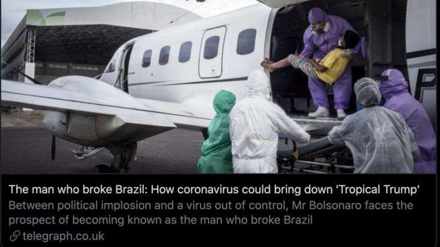 Pessoa com máscara sendo retirada de pequeno avião
