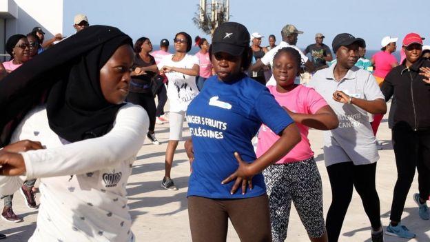 Il ne suffit pas d'avoir une bonne alimentation, il faut aussi pratiquer régulièrement une activité physique.