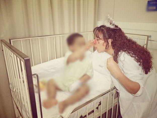Fernanda Silmara Silva dos Santos com nariz de palhaço, em trabalho voluntário em ala infantil de hospital em Natal
