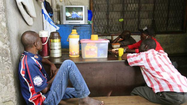 مشجعون يشاهدون مباراة بين اليابان والسنغال في أبيدجان ، ساحل العاج، 24 يونيو/حزيران 2018