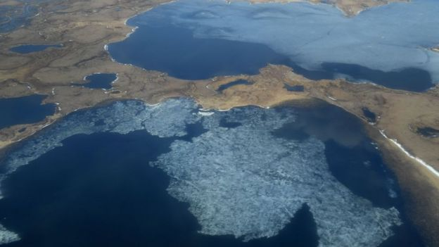 Lagos termokarst formados por el derretimiento del permafrost en Alaska.