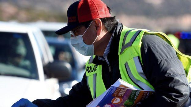 Президент нации навахо раздает брошюры о борьбе с вирусом