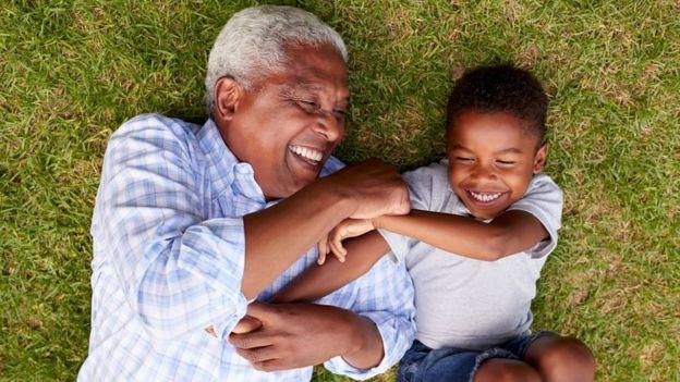 Avô brincando com neto