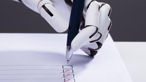 robot marcando casilla de votación