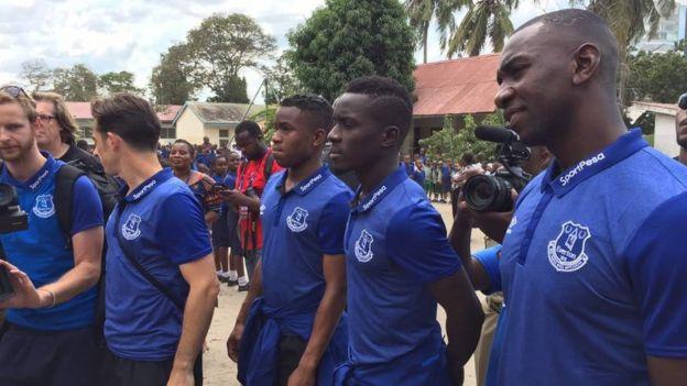 Wachezaji wa Everton wakiwa shule ya Uhuru Mchanganyiko