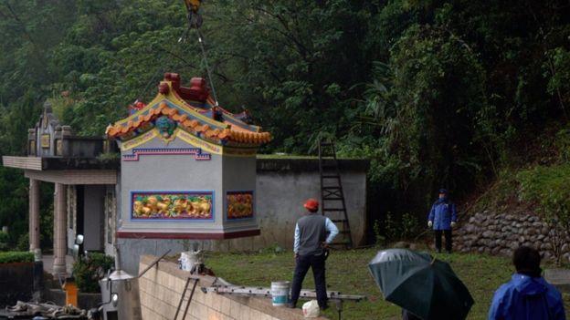 詹太太訂購的土地公廟運送到定點之後,要使用吊車安座。