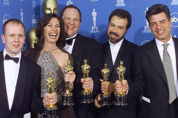 Harvey Weinstein posa con los ganadores del Óscar a la mejor fotografía de la película