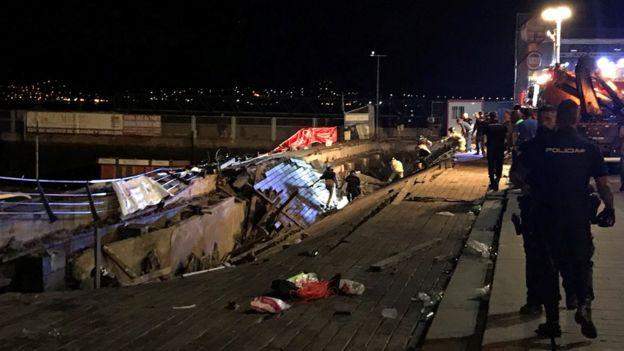 Policías inspeccionan la plataforma desplomada en Vigo