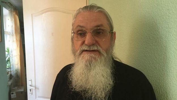 Image captionОтець Андрій каже, що монастир намагаються захопити прихильники ПЦУ, тому він викликав поліцію.