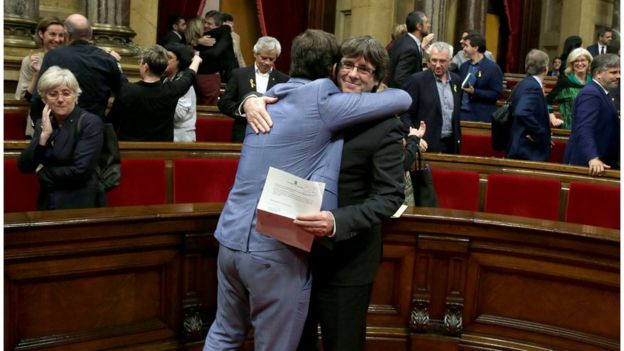 Puigdemont es felicitado luego de la declaración de independencia.