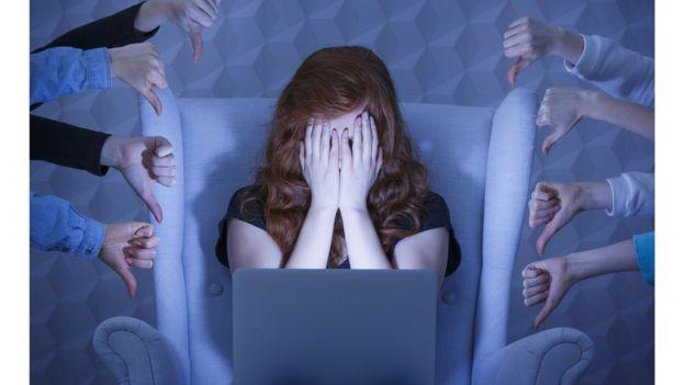 Imagem mostra internauta acuada por reação negativa de outras pessoas