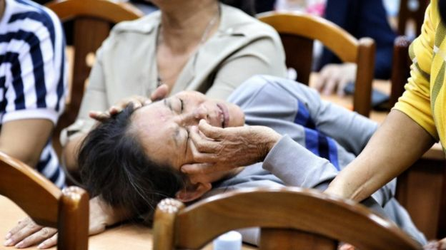 Một người dân ngất xỉu trong cuộc họp ngày 9/5