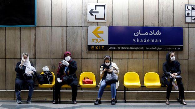 نساء إيرانيات يرتدين أقنعة وجه ينتظرن قطاراً في محطة مترو بالعاصمة طهران في 10 يونيو/حزيران 2020