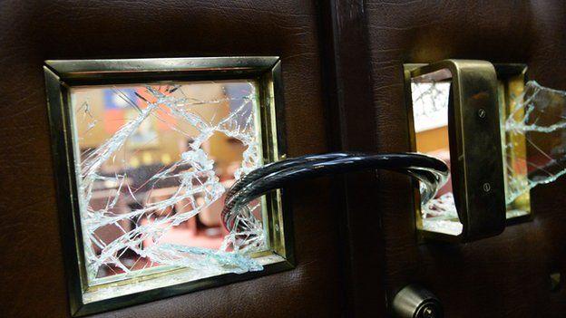 立法院5日召開臨時會,時力5名立委在會議結束後擊碎議場內各門鎖,以鐵鏈煉住,將門封死。