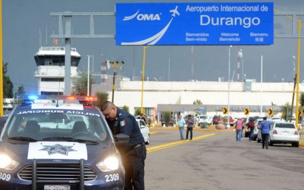 Policial no aeroporto de Victoria de Durango