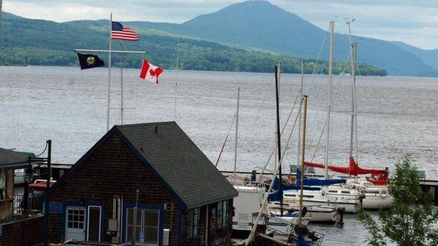 قوارب في المياه الحدودية بين أمريكا وكندا