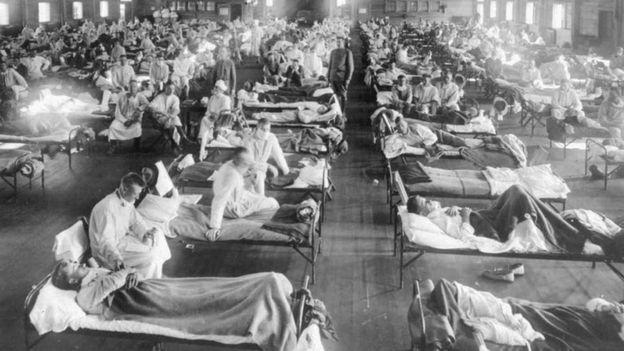 Pacientes sendo atendidos durante pandemia de gripe espanhola