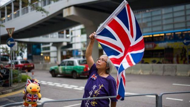 Một người phụ nữ Hong Kong vẫy lá cờ Anh Quốc