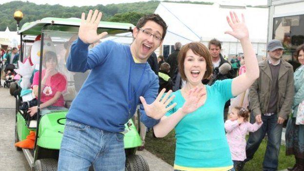 Gareth a Rachael yn lawnsiad Cyw
