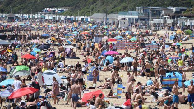 Сотни людей на пляже в Борнмуте 25 мая