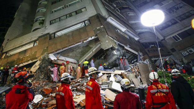 Tak diketahui jumlah orang yang masih terperangkap di bawah reruntuhan di kota Hualien/EPA.