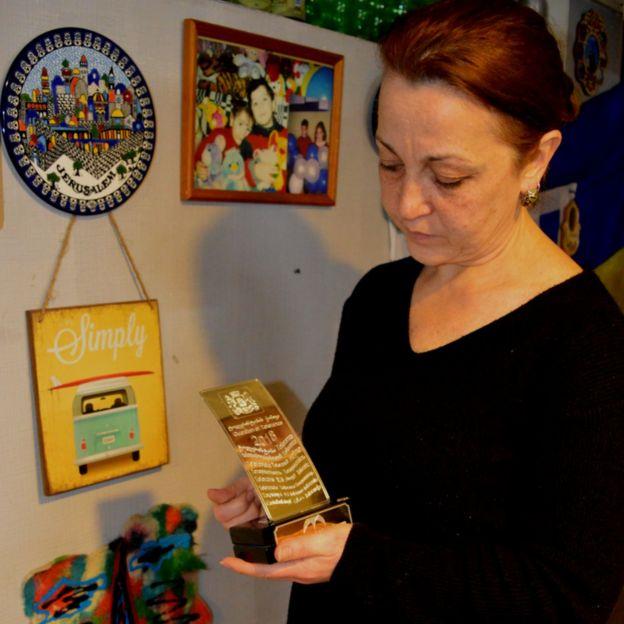 Марина Аланакян с наградой сына