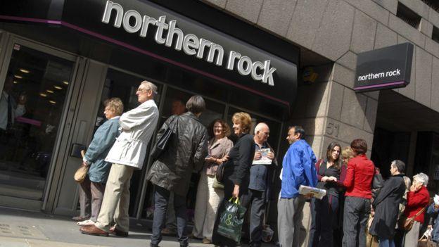 Clientes afuera de un banco Northern rock en 2008.