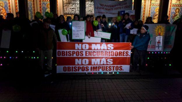 Protesta contra el obispo Juan Barros