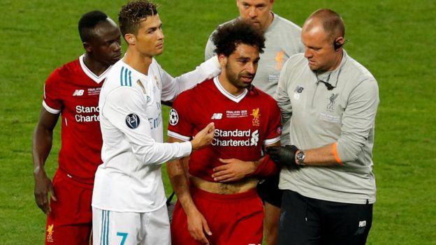 كريستيانو رونالدو يواسي صلاح أثناء خروجه من اللعب باكيا بعد الإصابة.