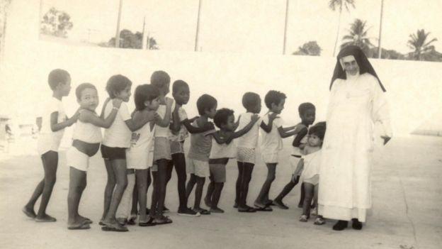 Irmã Dulce com crianças em fila indiana