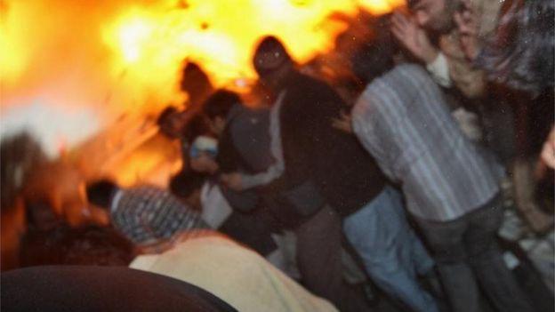 Una bomba explota cerca del automóvil en el que iba la ex primera ministra Benazir Bhutto el 27 de diciembre de 2007.