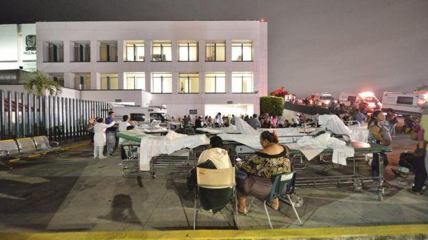 Pacientes y médicos en la calle